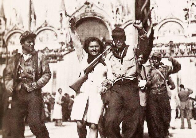 Partigiani in Piazza San Marco a Venezia nei giorni della Liberazione nel 1945