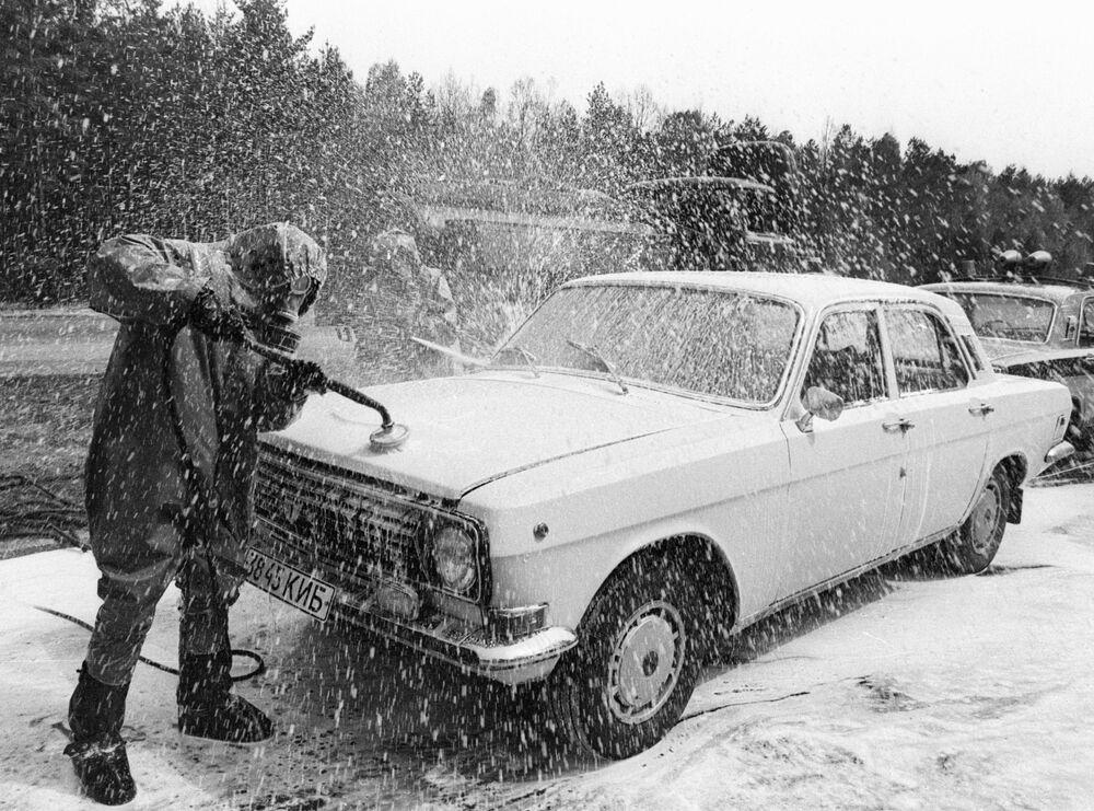 Bonifica di un'autovettura in uscita dalla zona radioattiva di Chernobyl