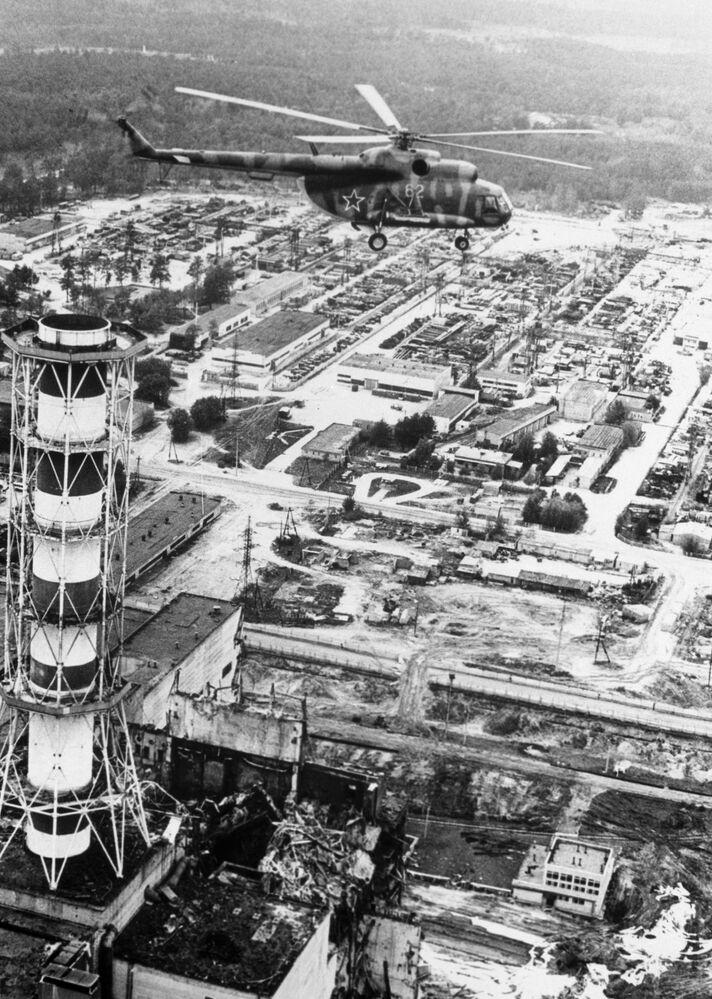Il reattore numero 4 fotografato da un elicottero il giorno dopo l'esplosione