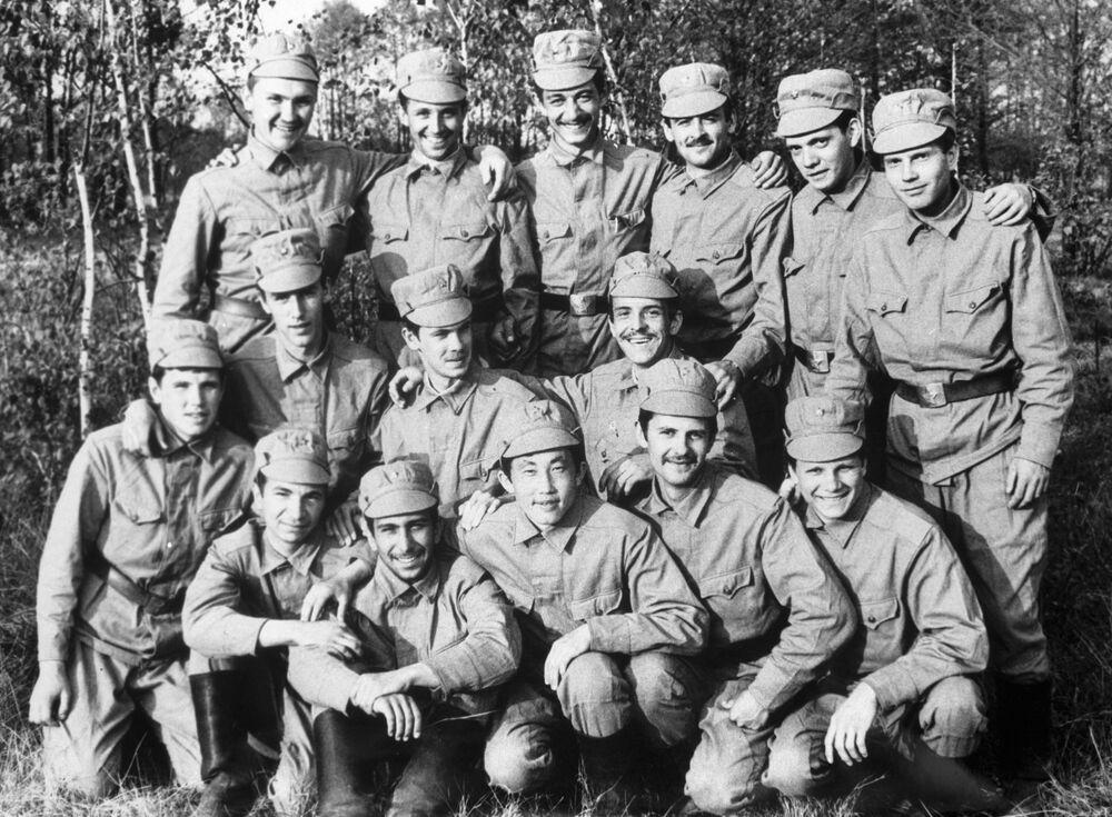 Un gruppo di liquidatori prima della partenza per Chernobyl: le radiazioni erano talmente forti che dopo poche ore d'impiego le macchine venivano irrimediabilmente danneggiate, per questo motivo si dovette ricorrere all'impiego di uomini