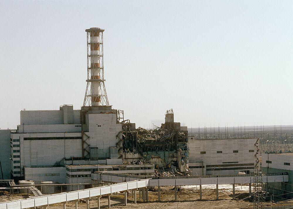 Il reattore numero 4 della centrale nucleare di Chernobyl fotografato due giorni dopo l'esplosione