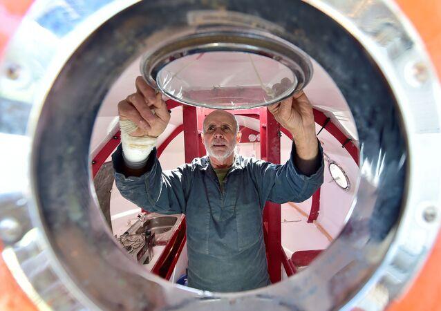 Jean-Jacques Savin e il suo barile con cui ha attraversato l'Oceano Atlantico