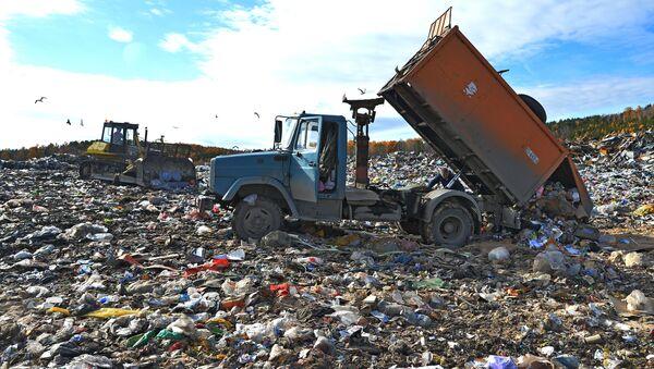 Рабочие выгружают бытовой мусор для последующей утилизации на полигоне твердых отходов в городе Миасс - Sputnik Italia