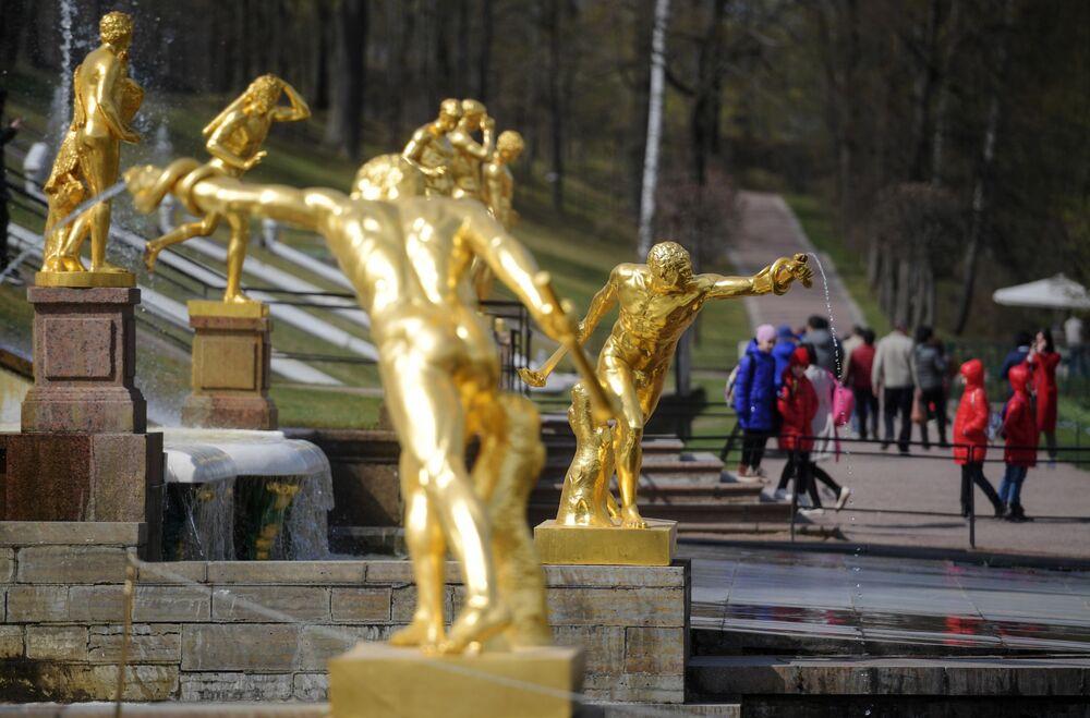 Le sculture della Gran Cascata nella tenuta di Petergof