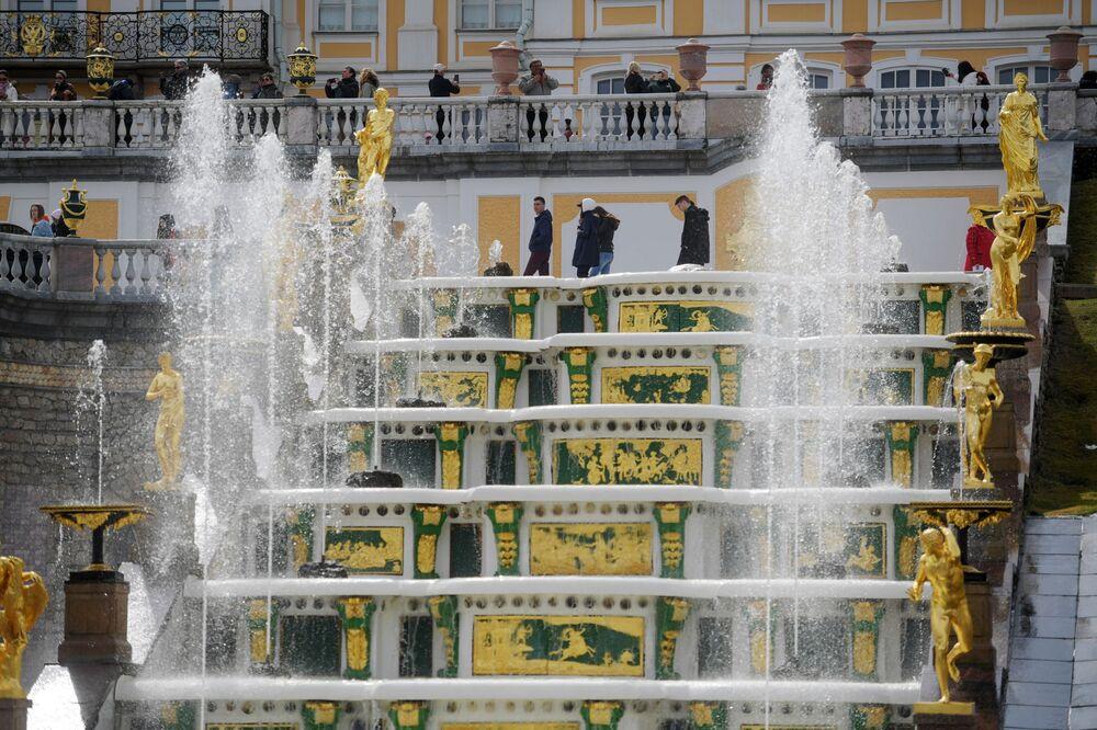 La Grande Cascata, costruita nel 1723, è il biglietto da visita della reggia di Petergof, con le sue 225 sculture in bronzo, piombo e marmo