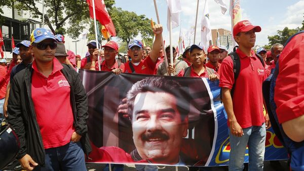 Участники акции в поддержку легитимного президента Венесуэлы Николаса Мадуро в Каракасе - Sputnik Italia