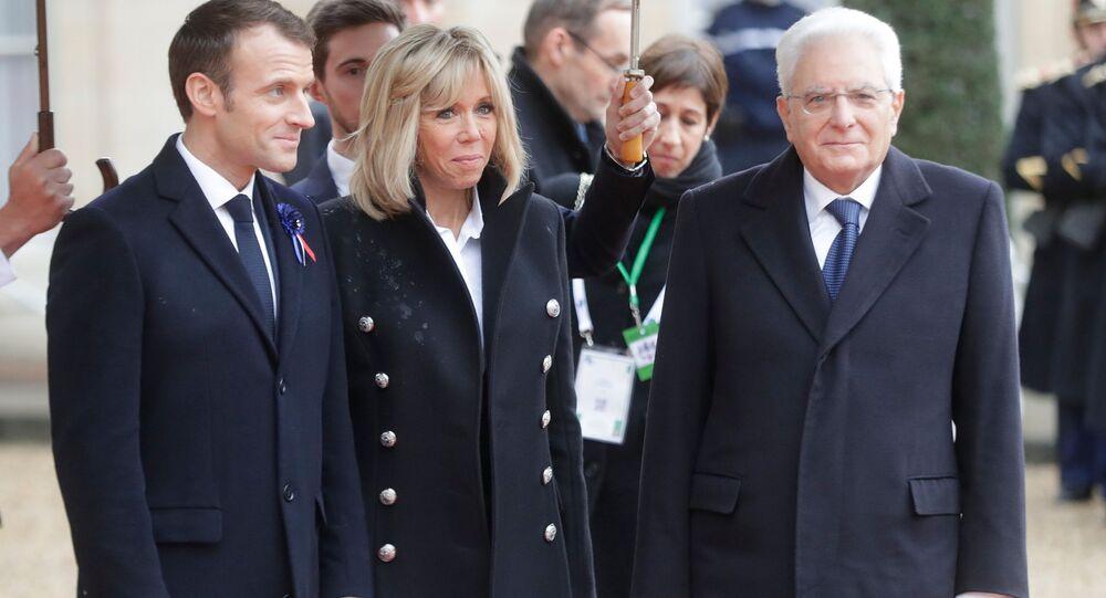 Emmanuel Macron con sua moglie e Sergio Mattarella (foto d'archivio)