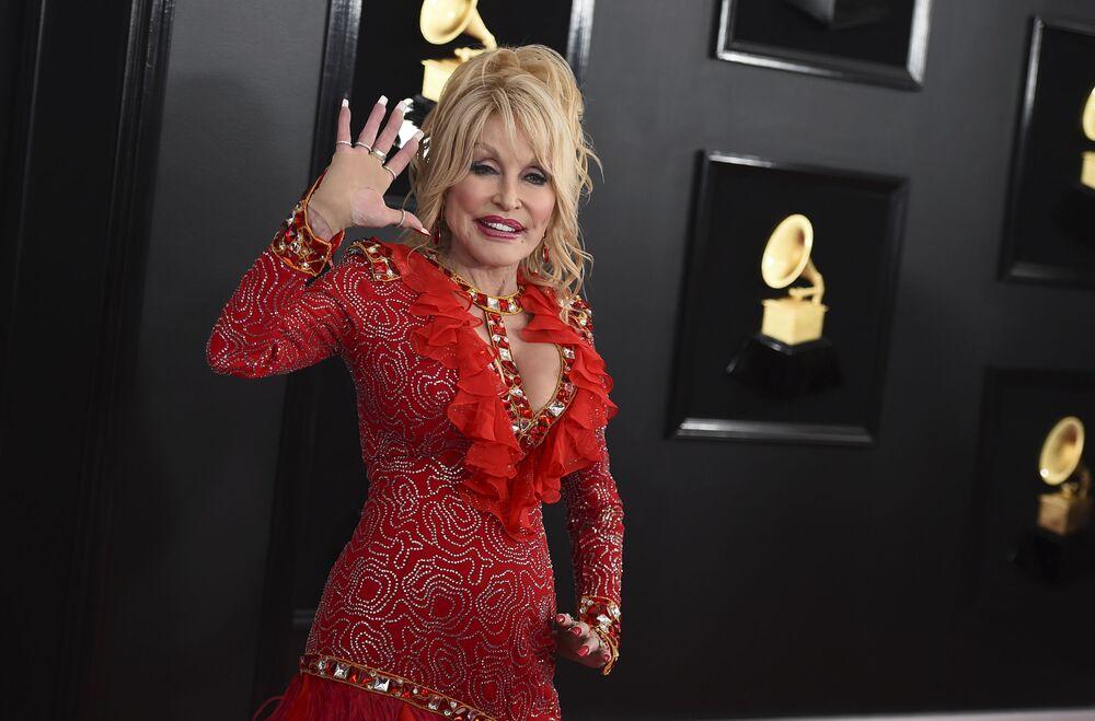 Dolly Parton, 73 anni, non nasconde che il suo fisico è merito dei chirurghi plastici.