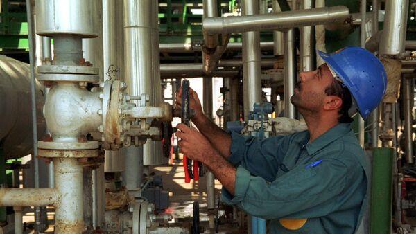 An Iranian works at a petrochemical plant in the Gulf port of Bandar Khomeini in southwestern Iran - Sputnik Italia