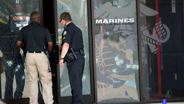 La polizia dell'Armed Forces Career Center dopo l'attentato a Chattanooga, Tennessee. - Sputnik Italia