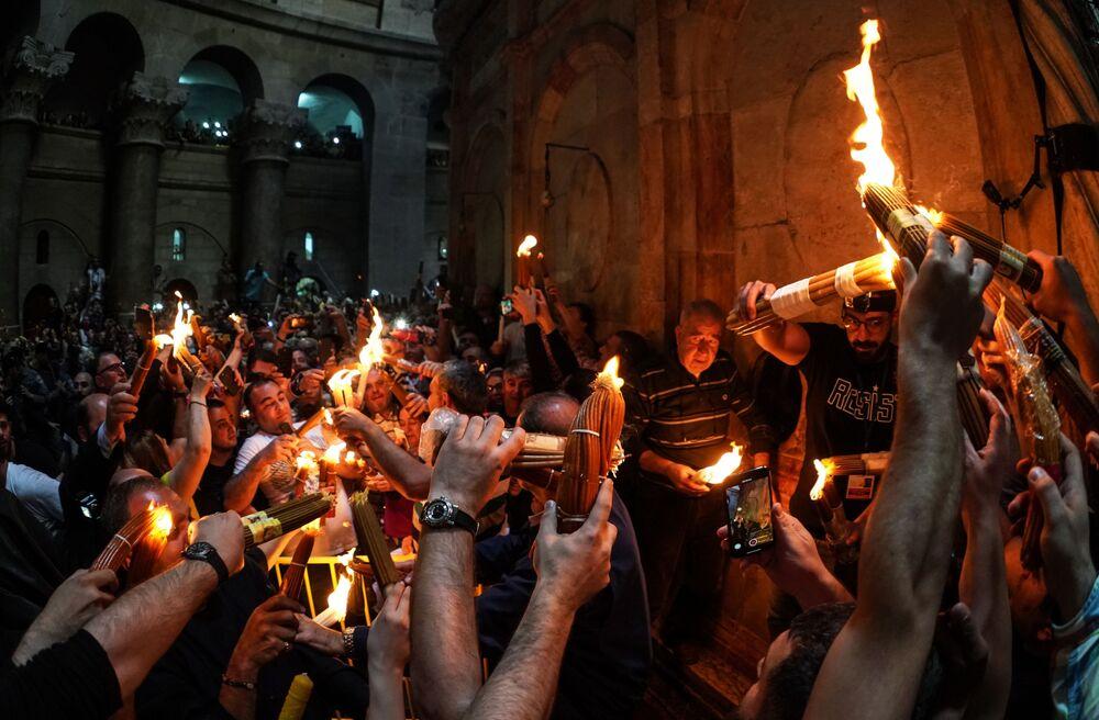 Nella chiesa del Santo Sepolcro di Gerusalemme si è acceso il Fuoco Sacro.
