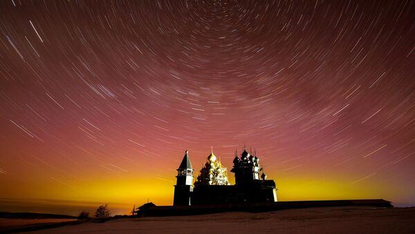 Il cielo stellato sopra il museo storico Kizhi nella repubblica di Carelia. - Sputnik Italia