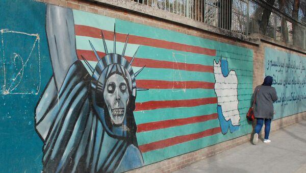 Un graffiti sul muro dell'ex ambasciata degli USA a Teheran - Sputnik Italia