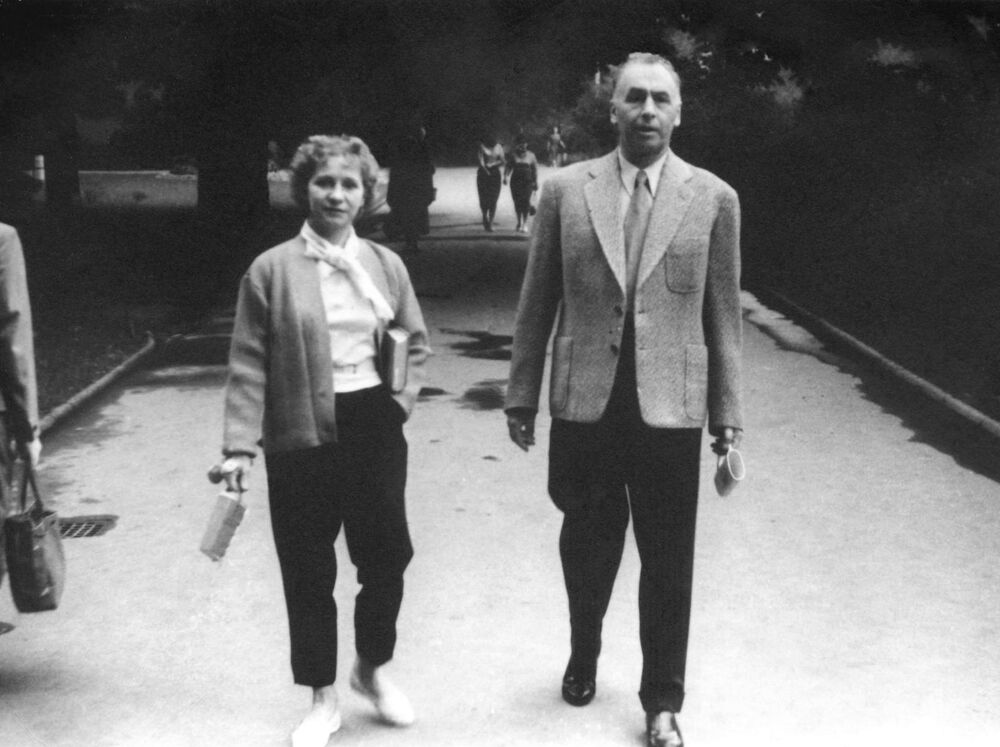 Il generale Aleksey Antonov insieme alla seconda moglie Olga Lepeshinskaya a Karlovy Vary, nel 1960