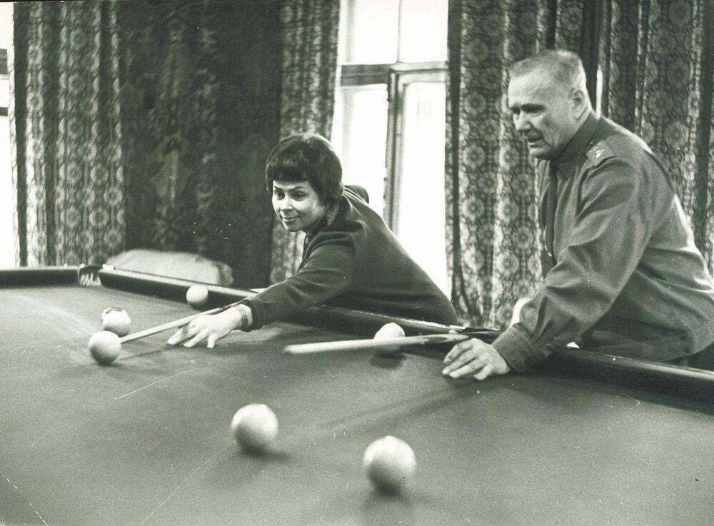 Andrey Eremenko gioca a biliardo insieme alla moglie nella sua dacia del 1967