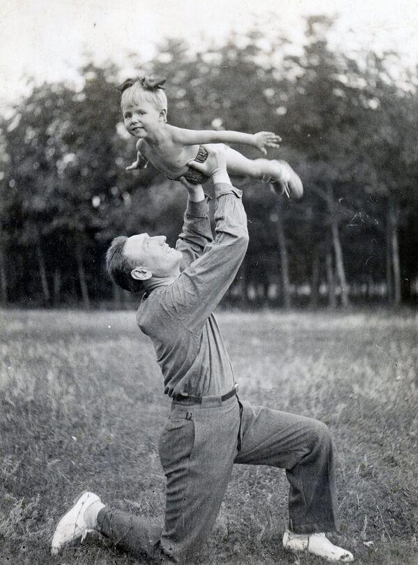 Il generale-maggiore Sergey Biryuzov con la figlia Olga nel 1940 - Sputnik Italia