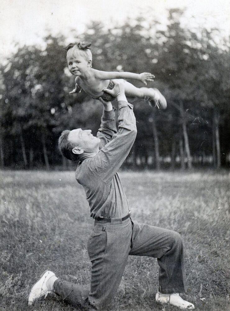 Il generale-maggiore Sergey Biryuzov con la figlia Olga nel 1940