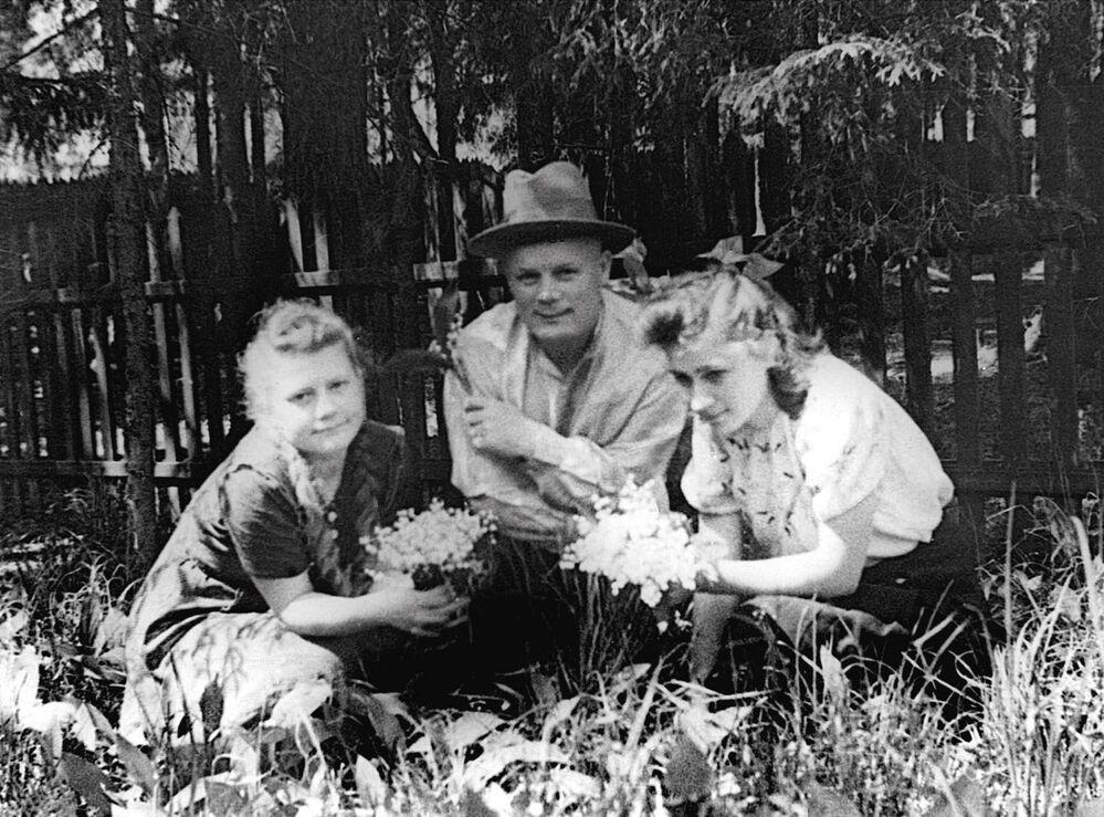 Filipp Golikov, maresciallo dell'Unione Sovietica, capo del servizio di spionaggio militare fotografato all'inizio degli anni '40 in un momento di relax con la figlia Nina ed una sua amica