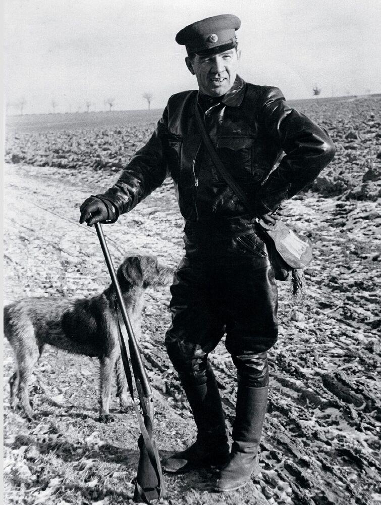 Il maresciallo Vasiliy Chuikov durante una battuta di caccia in Germania negli anni '50.
