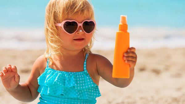 Una bambina sulla spiaggia - Sputnik Italia