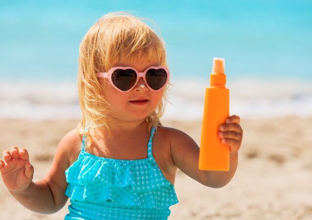 Una bambina sulla spiaggia