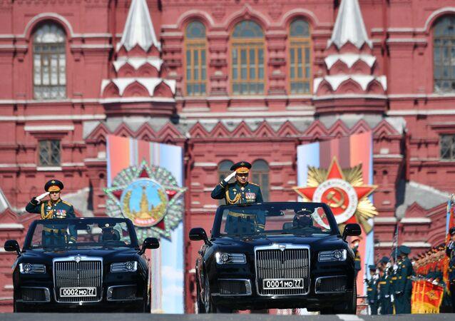 Il generale Salyukov e il ministro della Difesa Shoigu a bordo di Aurus Senta al centro della Piazza Rossa