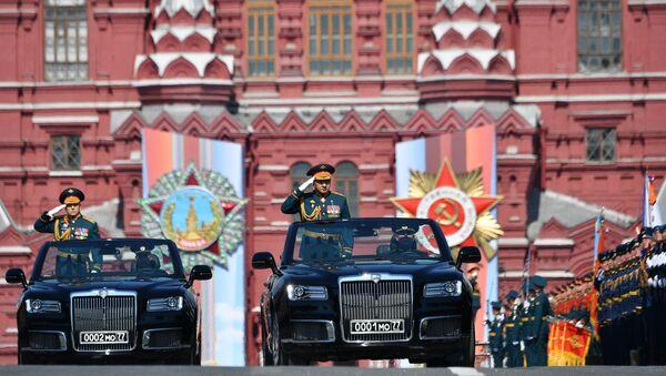 Il generale Salyukov e il ministro della Difesa Shoigu a bordo di Aurus Senta al centro della Piazza Rossa - Sputnik Italia