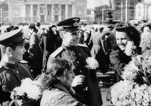 Celebrazione del Giorno della Vittoria nel centro di Mosca al Teatro Bolshoy