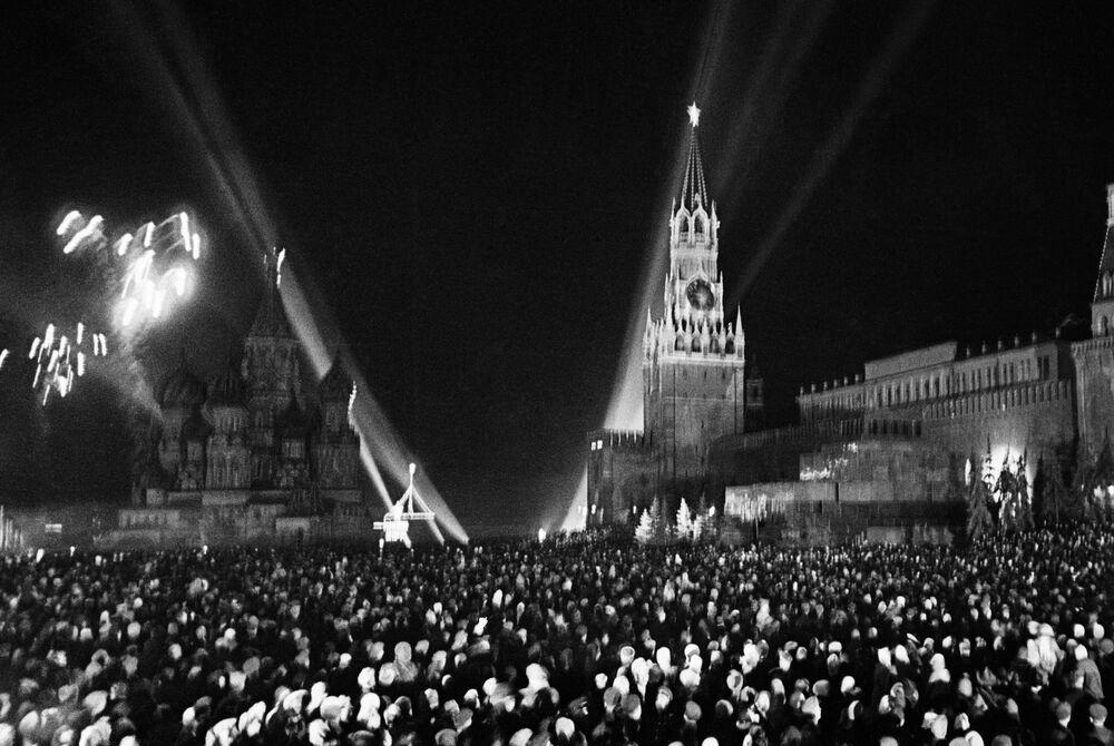 Fuochi d'artificio sulla Piazza Rossa a Mosca in occasione del giorno della vittoria del 9 maggio 1945