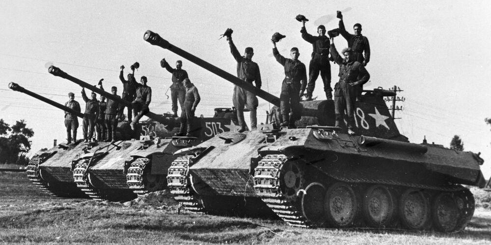 Combattenti di una compagnia di carri armati della Guardia del luogotenente Sotnikov su dei Panter tedeschi catturati vicino alla città di Praga