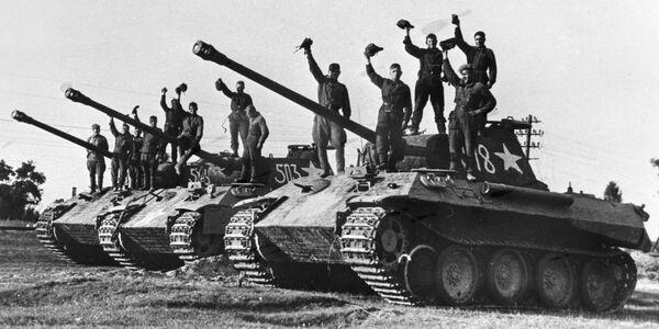 Combattenti di una compagnia di carri armati della Guardia del luogotenente Sotnikov su dei Panter tedeschi catturati vicino alla città di Praga - Sputnik Italia