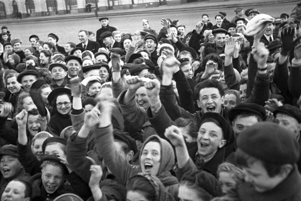 Moscoviti sulla Piazza Rossa al mattino nel Giorno della Vittoria del popolo sovietico nella Grande Guerra Patriottica del 1941-1945