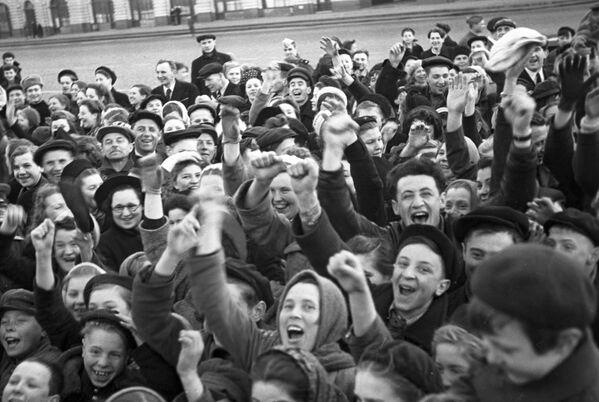 Moscoviti sulla Piazza Rossa al mattino nel Giorno della Vittoria del popolo sovietico nella Grande Guerra Patriottica del 1941-1945 - Sputnik Italia