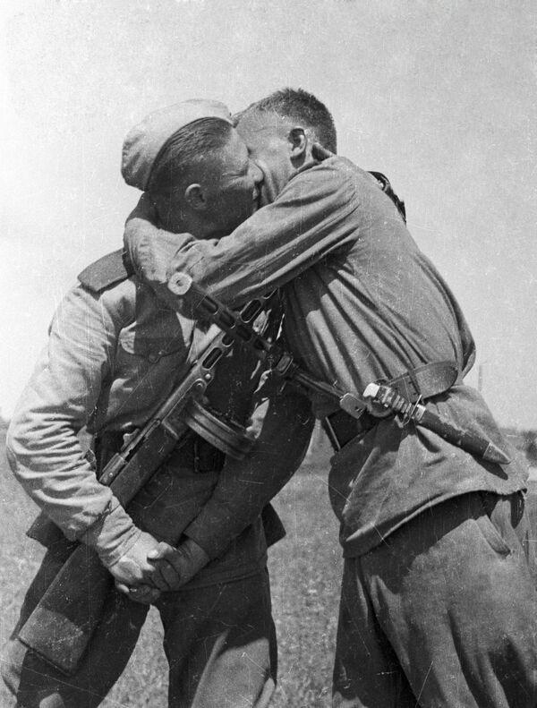Soldati del terzo fronte ucraino si congratulano l'un l'altro per la fine della guerra  - Sputnik Italia