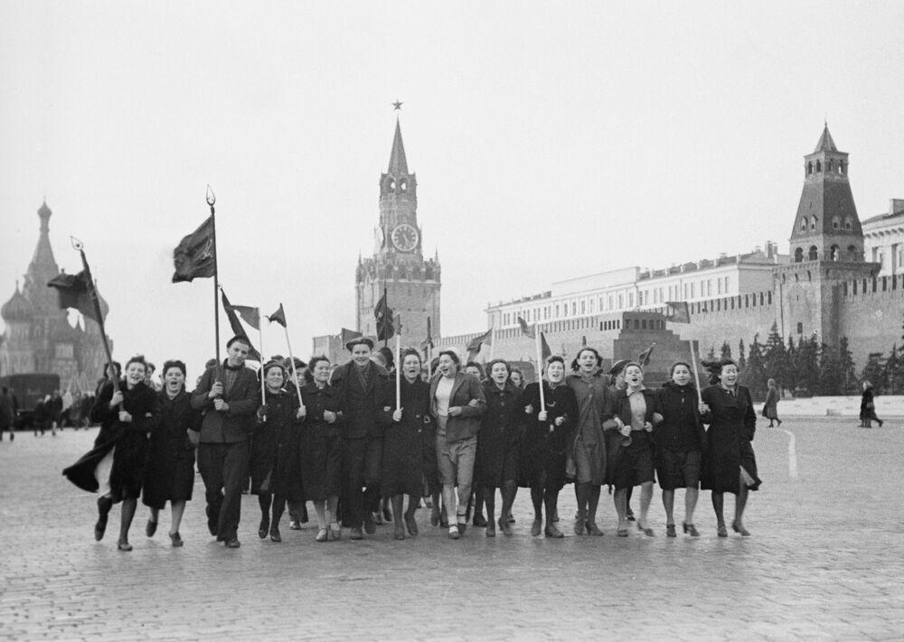 La mattina del 9 maggio 1945 sulla Piazza Rossa