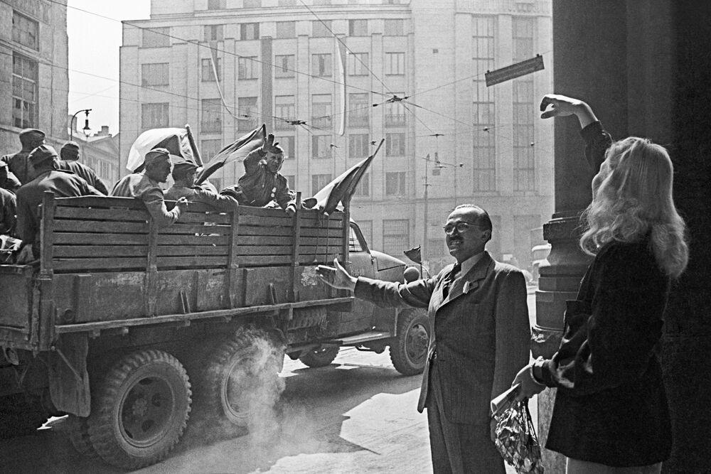 Gli abitanti di Praga salutano i soldati sovietici