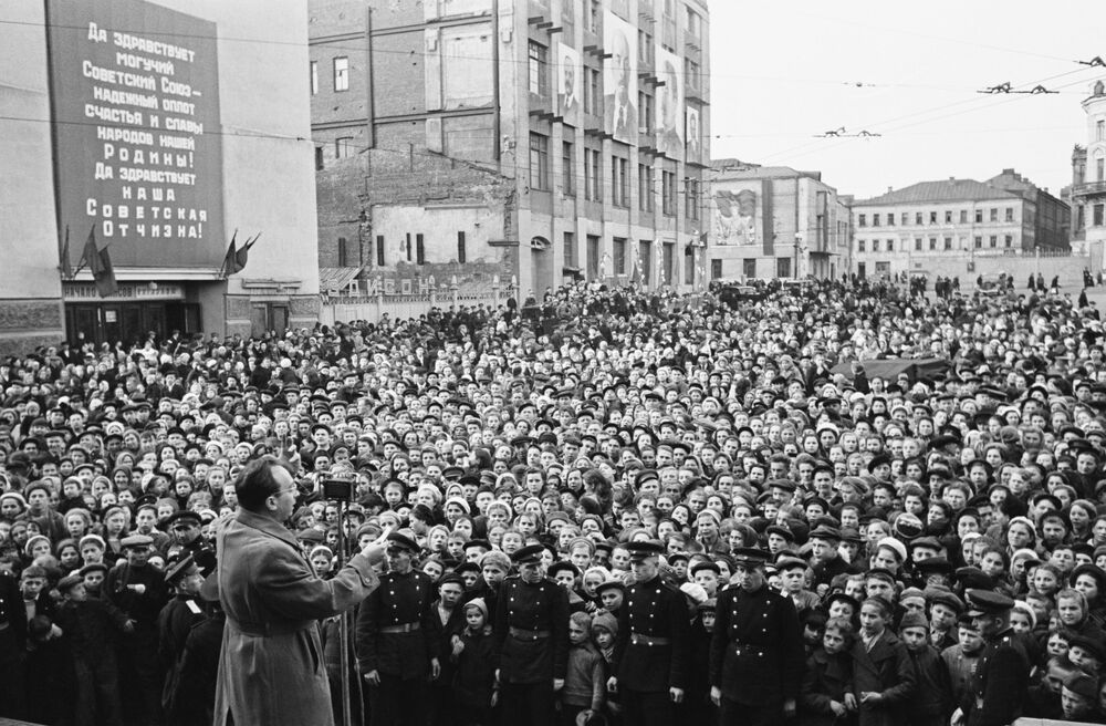 L'artista russo e maestro di espressione artistica Emmanuil Kaminka durante un'esibizione sulle strade di Mosca il 9 maggio 1945
