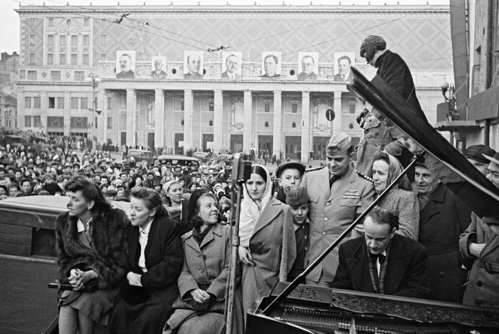 Il pianista della Filarmonica di Mosca Yuri Bryushkov suona in piazza Mayakovsky a Mosca il 9 maggio 1945