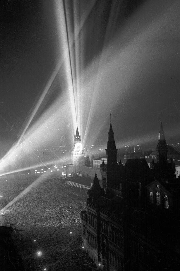 Fuochi d'artificio sulla Piazza Rossa a Mosca in occasione del giorno della vittoria del 9 maggio 1945 - Sputnik Italia