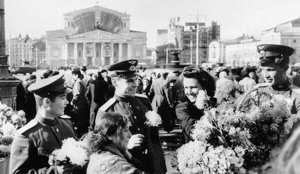Celebrazione del Giorno della Vittoria nel centro di Mosca al Teatro Bolshoy - Sputnik Italia