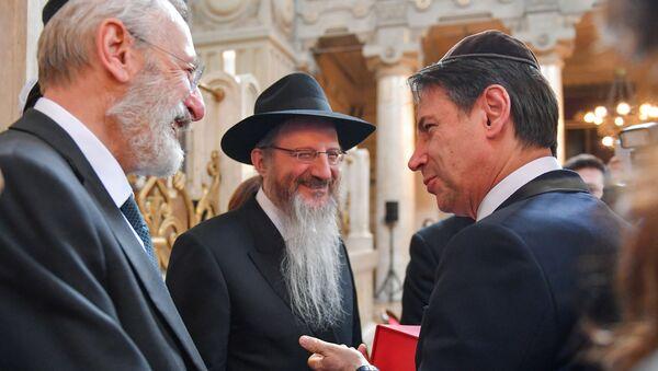 Il rabbino capo di Roma Riccardo Di Segni ed il rabbino capo di Russia Berl Lazar, accolgono il primo ministro italiano Giuseppe Conte alla Sinagoga di Roma  - Sputnik Italia