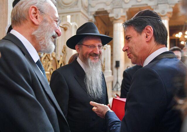 Il rabbino capo di Roma Riccardo Di Segni ed il rabbino capo di Russia Berl Lazar, accolgono il primo ministro italiano Giuseppe Conte alla Sinagoga di Roma.