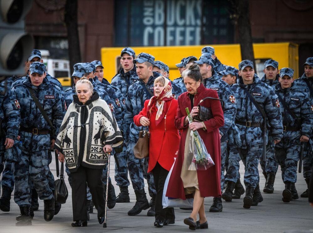 Gli spettatori alle prove della Parata della Vittoria a Mosca.