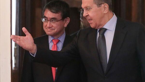 Министр иностранных дел РФ Сергей Лавров (справа) и министр иностранных дел Японии Таро Коно во время встречи в Москве - Sputnik Italia