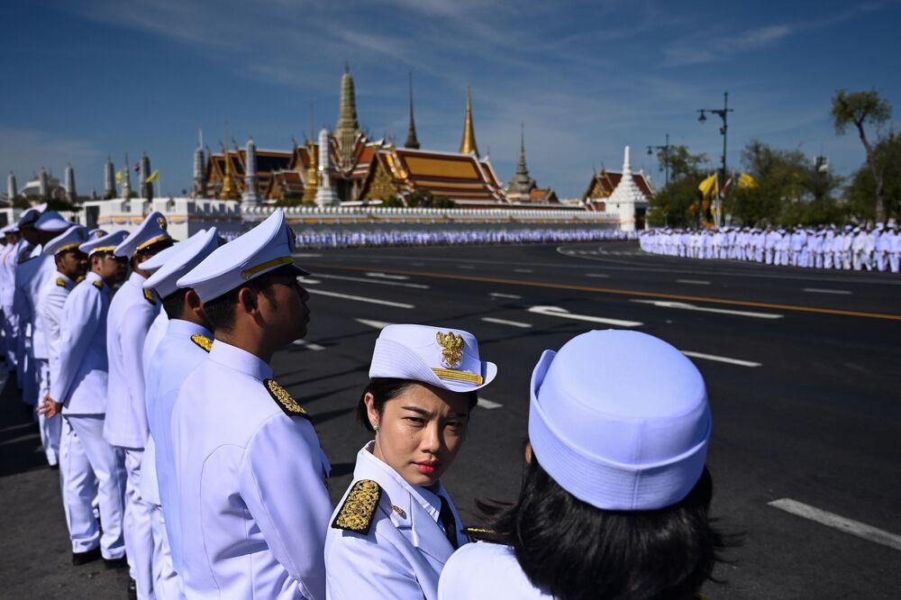 Le persone ufficiali nell'attesa dell'arrivo del re thailandese Maha Vajiralongkorn alla sua incoronazione.