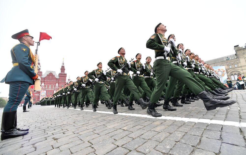 Colonne di soldati marciano sulla Piazza Rossa a Mosca nel Giorno della Vittoria.
