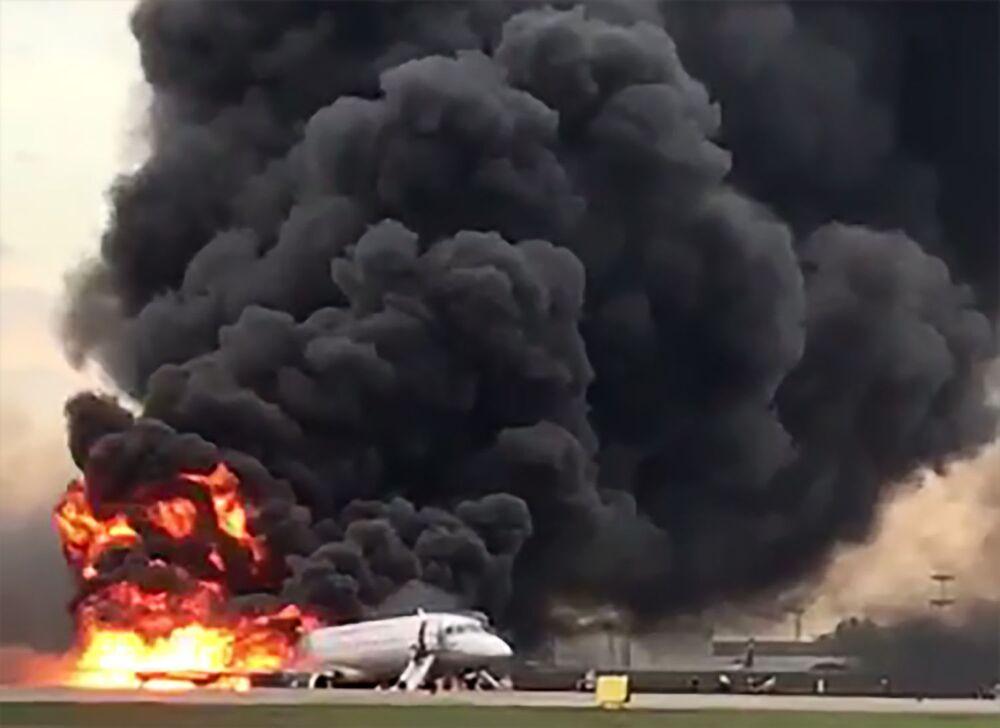 L'aereo dell'Aeroflot SSJ-100 incendiato dopo l'atterraggio di emergenza a Mosca, Russia.