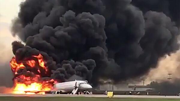 Самолет авиакомпании Аэрофлот Superjet 100, вернувшийся во время рейса Москва - Мурманск в аэропорт Шереметьево из-за возгорания на борту  - Sputnik Italia