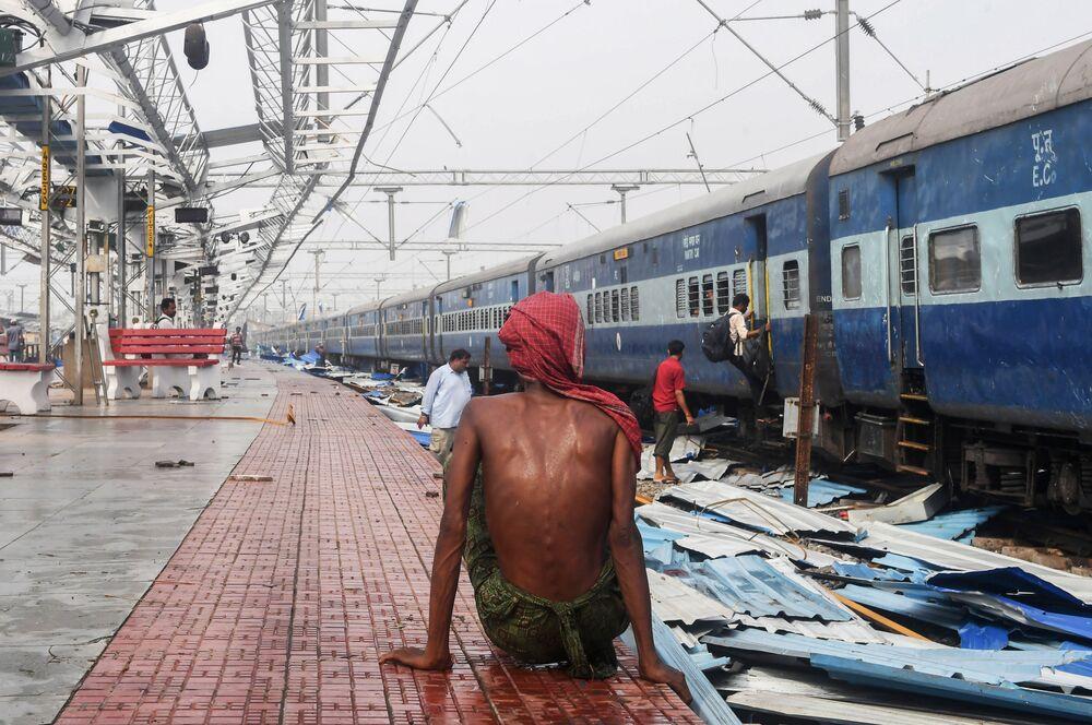 La scia di distruzione lasciata dal ciclone Fani nella stazione di Puri nell'India orientale.