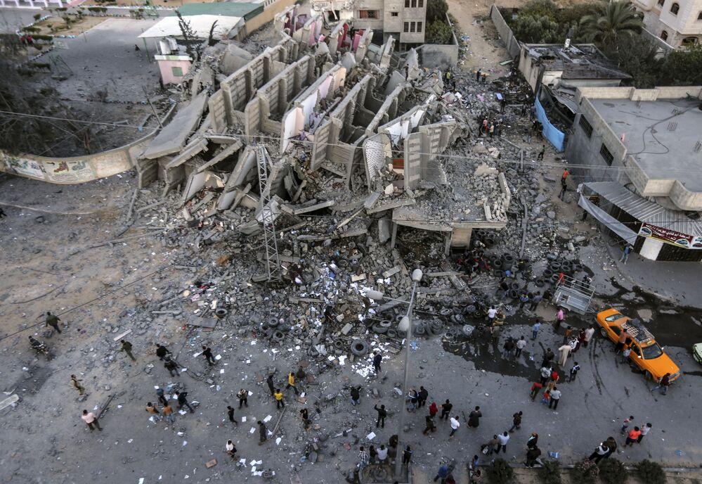 Un edificio distrutto dopo un raid aereo israeliano a Gaza.
